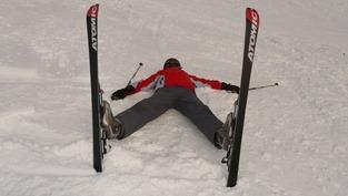Skieur fatigué allongé sur la neige à cause d'une anémie